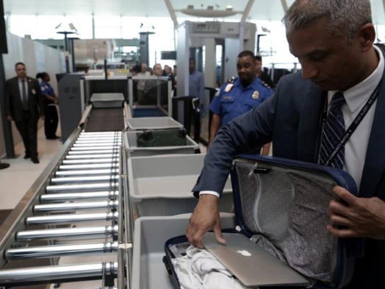 Laptop có được mang lên máy bay không